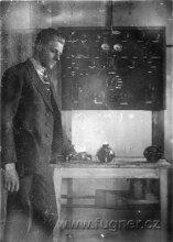 Obr.09. Rok 1922 tatinek u své rozvodné desky.