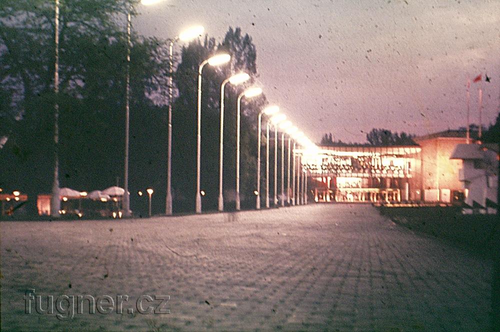 Obr. 3. Časně ráno odcházíme zvýstavy po celonoční instalaci čtyřstopého  synchronního magnetofonu. Výstava Československo 1960 - Bruselský pavilon.