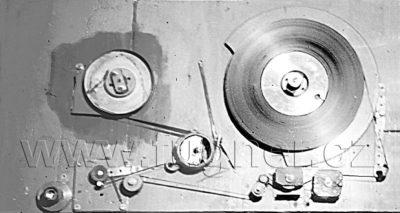 Obr.1. Magnetofon shora, po havárii při převíjení ředitelské důtky