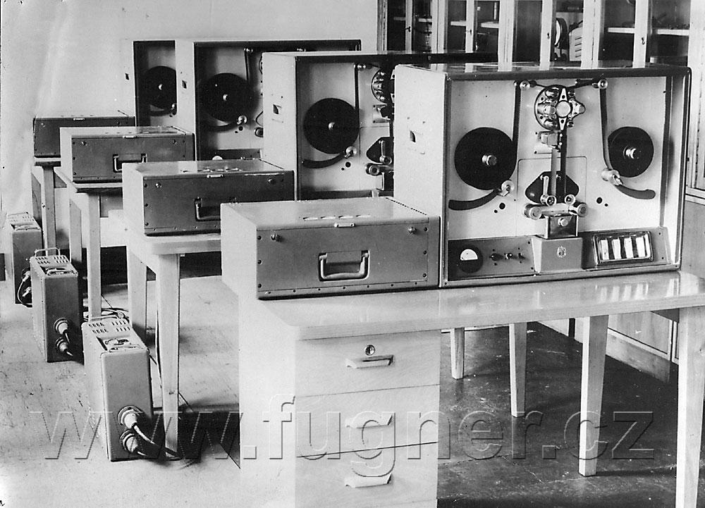 Obr.1. Synchronní magnetofony VÚZORT.
