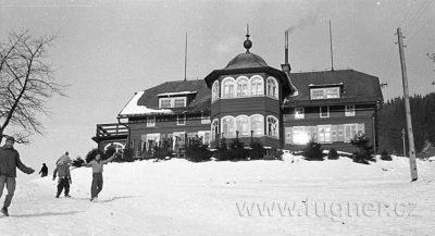 Povinné školení pionýrských vedoucí - zimní Krkonoše v roce 1961.